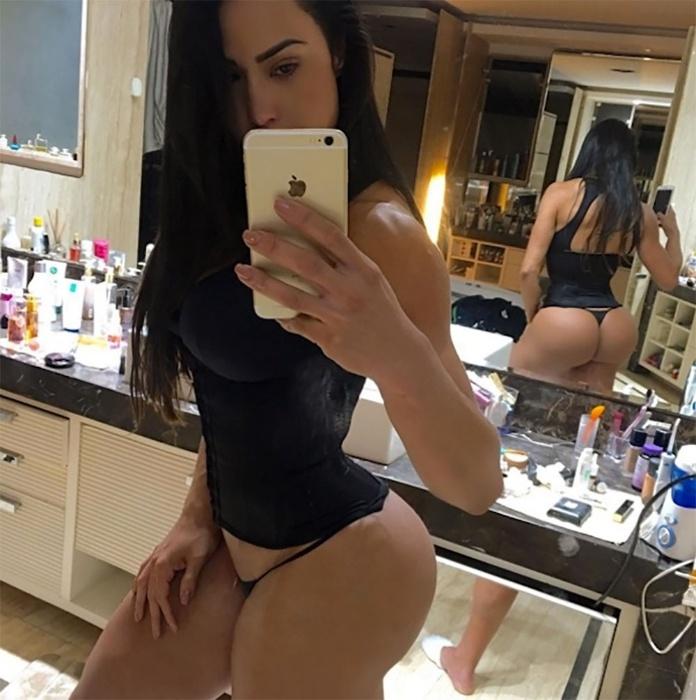 """27.ago.2016 - Gracyanne Barbosa aproveitou o espelho do quarto para mostrar no Instagram o que um de seus fãs chamou de """"perfeição"""" nos comentários. De calcinha preta e cinta modeladora, a morena estava se preparando para o treino do dia quando fez o registro. E aí, você concorda com a opinião do seguidor de Gracyanne?"""