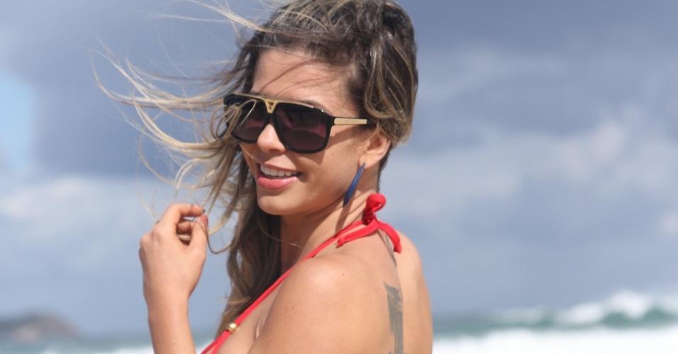 18.nov.2016 - A ex-BBB Cacau Colucci caprichou no biquíni vermelho para posar para um ensaio na praia Mole, em Florianópolis (SC). Ela está na cidade para participar ser jurada e madrinha do concurso