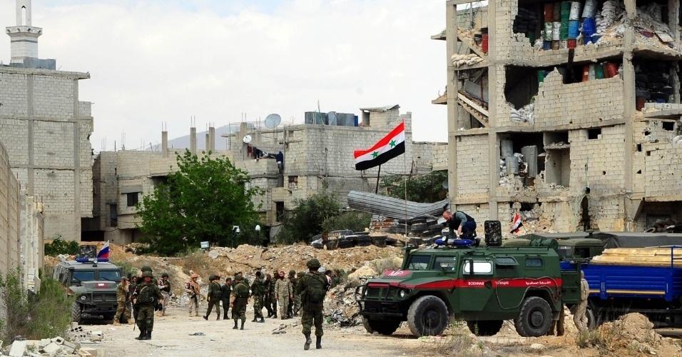 Tropas russas e sírias chegam ao distrito de Douma, na zona rural a leste de Damasco, capital da Síria, neste sábado (14), depois que 93 ônibus com centenas de militantes do grupo rebelde Exército Islâmico e suas famílias fugiram da região. Há suspeita de ataque com armas químicas por parte da ditadura de Bashar Al Assad no local