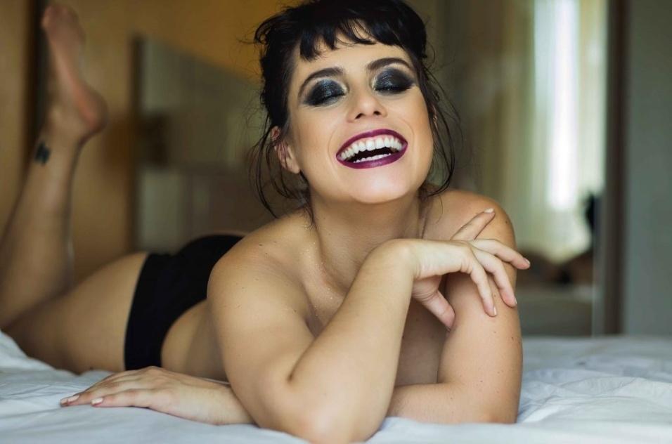 """30.abr.2018 - Artista burlesca, Larissa Maxine diz que seu trabalho também é uma forma de protestar contra a """"sexualização"""" de toda nudez. """"No burlesco também falamos da não-objetificação. Não vemos o corpo como objeto. A ideia é discutir a liberdade do próprio corpo e o fato de ser proprietária dele, independente da nudez"""", explica Larissa."""
