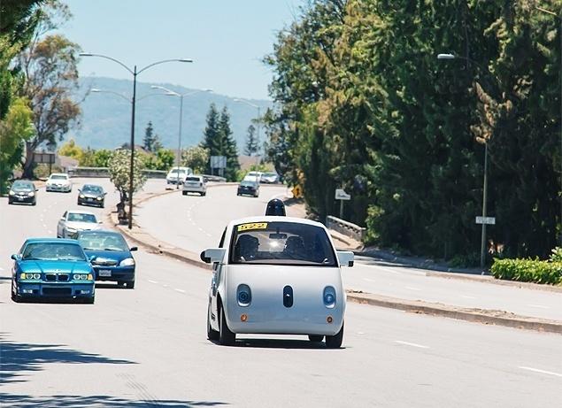 """Google Car - Em junho deste ano, os carros do Google que se dirigem sozinhos começaram a circular em condições reais nas estradas do Vale do Silício, na Califórnia (oeste dos Estados Unidos). A velocidade máxima dos veículos  é de 40 km/h, por razões de segurança. """"Durante essa fase do nosso projeto, teremos """"motoristas de segurança"""" à bordo com acesso a um volante, acelerador e freio que lhes permitem tomar o controle, se necessário"""", informou o Google. Tais mecanismos foram exigências impostas pelas autoridades da Califória para permitir avançar para a fase de experimentação em vias públicas. O Google Car foi revelado em 2014 e apresenta um desenho simples - uma espécie de Smart mais arrendodado - que acomoda até duas pessoas. A empresa pretende comercialiar o veículo até 2020. As informações são da Folha de S.Paulo"""