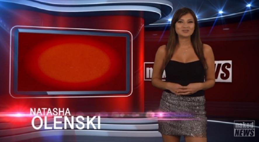8.out.2015 - Natasha Olenski já se tornou uma estrela no telejornal Naked News, em que repórteres fazem striptease ao lerem as notícias. Desta vez, a gata começou o programa usando um look discreto, uma saia e uma blusa preta
