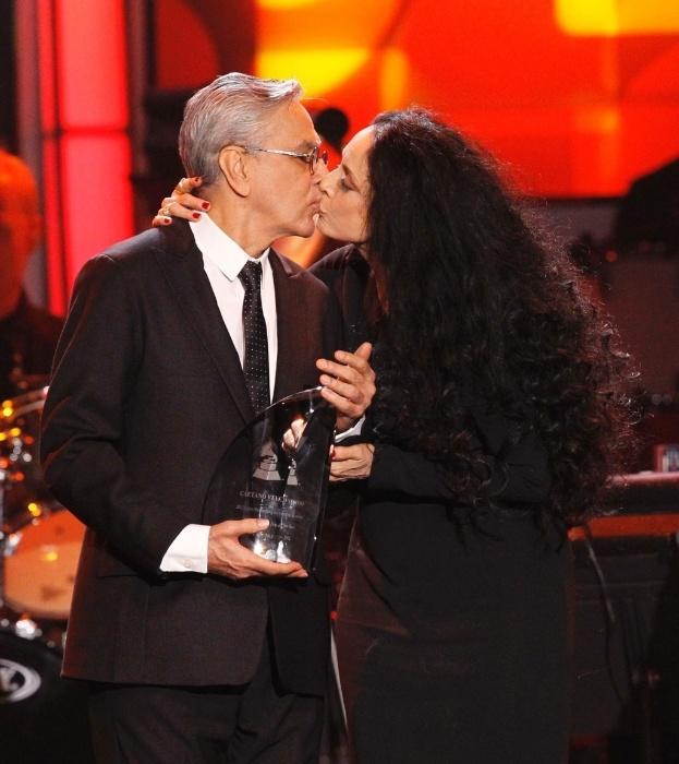 14.nov.2012 - Nos EUA, cantor Caetano Veloso recebe da atriz Sonia Braga a homenagem de Pessoa do Ano no Grammy Latino