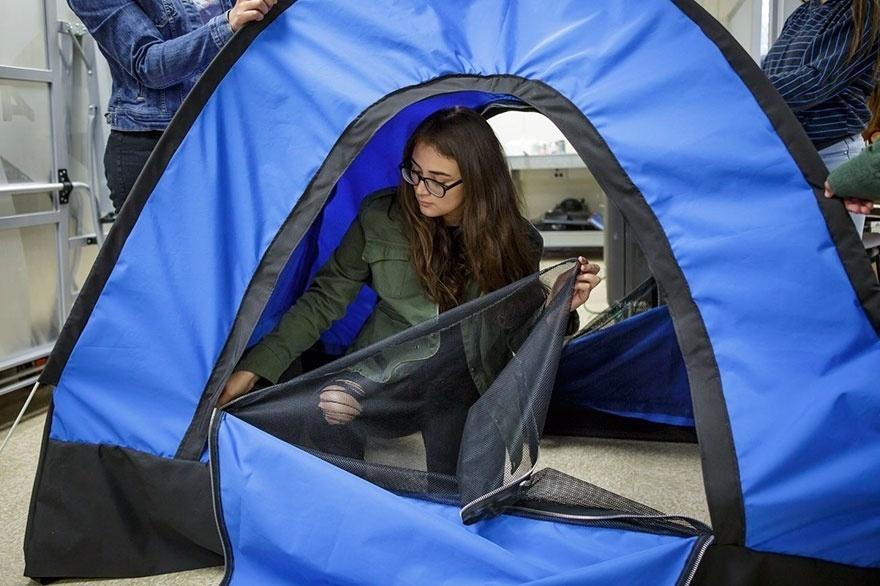 16.jun.2017 - Um grupo de 12 meninas do ensino médio dos EUA criaram uma barraca com energia solar para ajudar as pessoas em situação de rua de Los Angeles, onde elas moram.