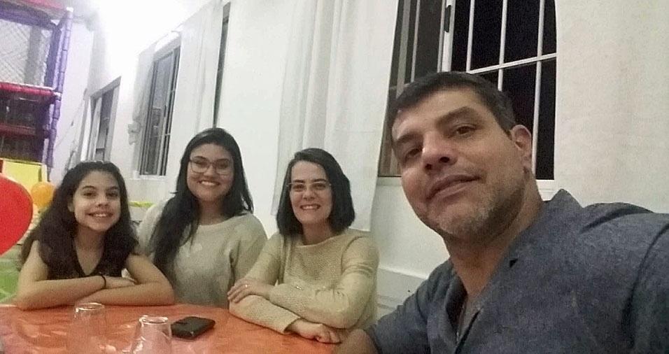 Giovana, Beatriz e a mamãe Ivone homenageiam o papai Edvaldo, de Osasco (SP)