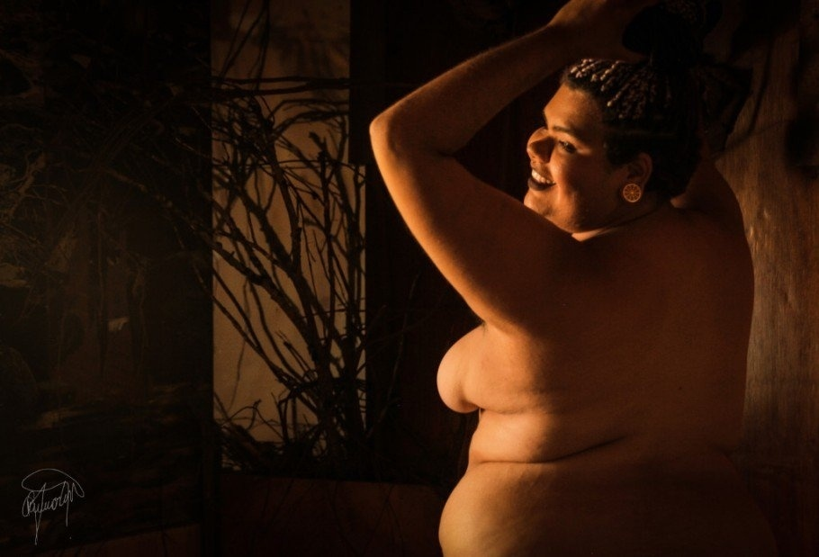 """19.fev.2016 - Jéssica Ipólito, do site """"Gorda e Sapatão"""" posou para as lentes das fotógrafas Alile Dara Onawale e Renata Martins em um ensaio para celebrar a beleza feminina e derrubar preconceitos. """"Moça com curvas, dobrinhas e cores"""", Jéssica foi escolhida pelas fotógrafas para dar outro significado para """"o corpo da mulher que é negra, e que também é gorda"""""""