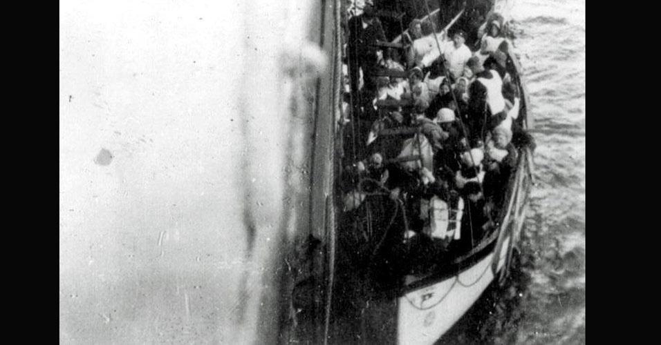 Estima-se que no Titanic estavam 1316 passageiros, mais uma tripulação com aproximadamente 900 homens, totalizando 2225 pessoas a bordo (número oficial). Apenas pouco mais de 700 pessoas sobreviveram. A quantidade de botes salva-vidas no navio - apenas 20 - não era suficiente para todos: tinha capacidade para acomodar 1.178 passageiros no total. Se não bastasse, os primeiros botes ainda saíram com metade de sua capacidade