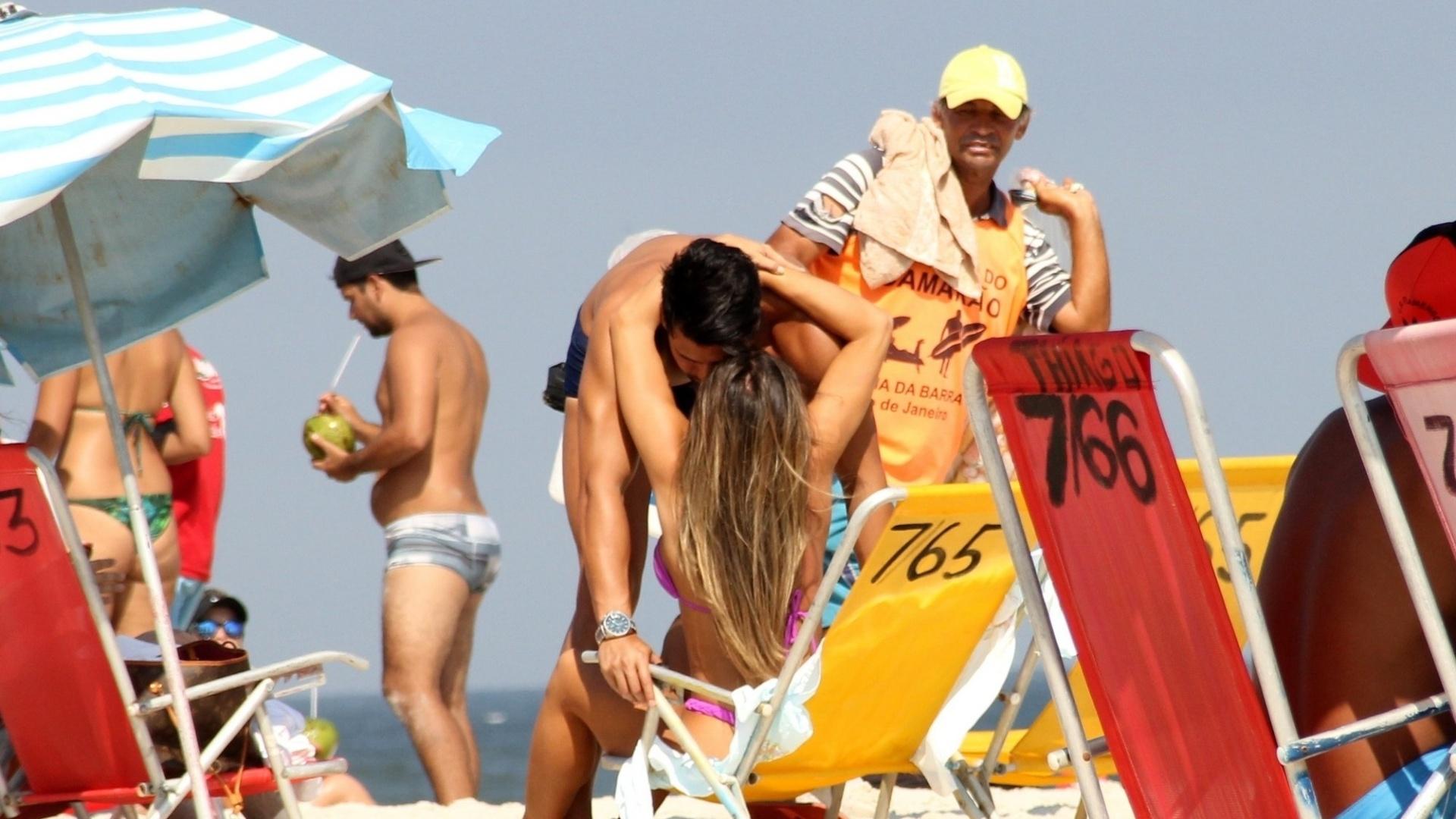 13.abr.2016 - A modelo e repórter Nicole Bahls não largou o noivo Marcelo enquanto curtia a praia no Rio de Janeiro