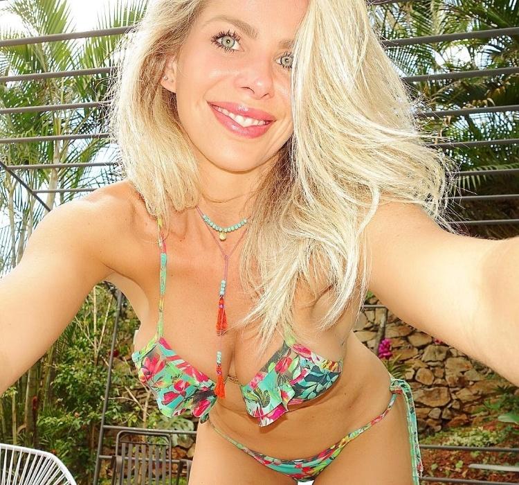 """16.out.2016 - Animada com o domingo, a modelo Karina Bacchi compartilhou o visual de biquíni com os seguidores no Instagram. """"Domingo amanheceu lindo e ensolarado como eu gosto! Simbóra aproveitar!"""", publicou a loira na rede social"""