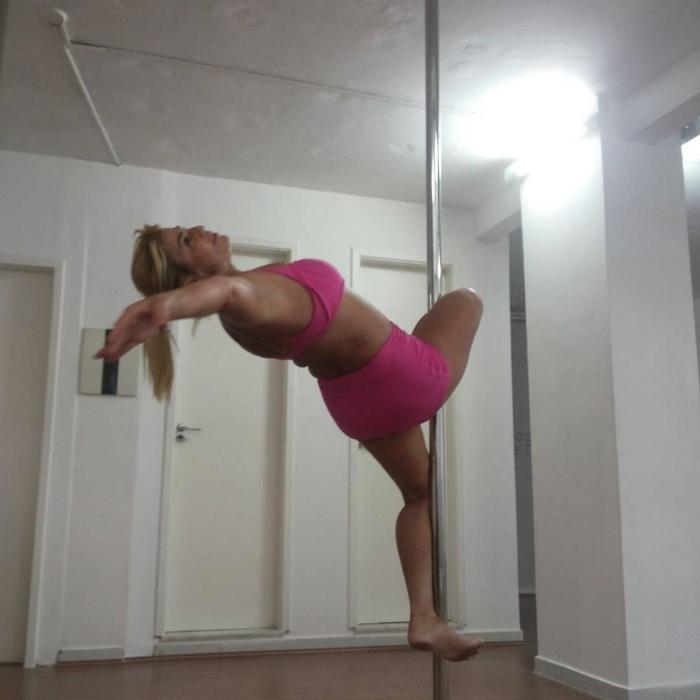 6.dez.2016 - No pole dance, Cida não foge de movimentos que exigem mais força