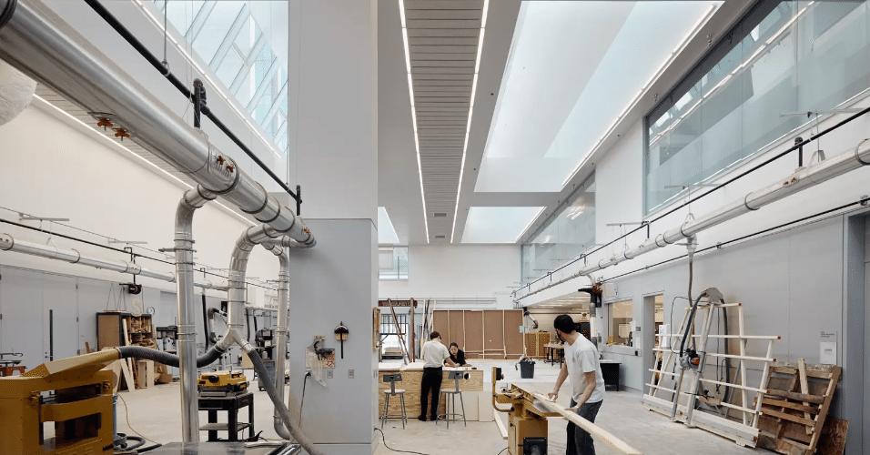 20.jan.2017 - Projeto para a Universidade de Chicago privilegiou o aproveitamento da luz natural nos ambientes. Além de salas de aula, o prédio abriga oficinas, espaço para exposição de obras e três teatros