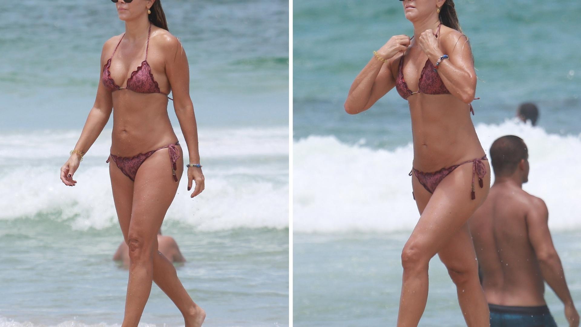 5.fev.2017 - Atriz de 48 anos mostrou que continua em forma em tarde na praia