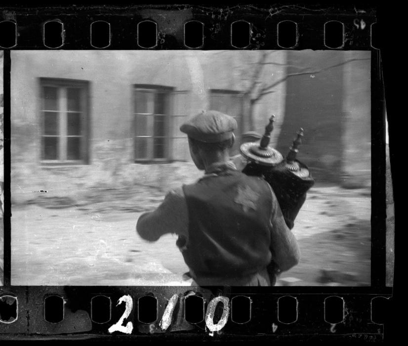 1940 - Jovem salva o Torá dos destroços da sinagoga na rua Wolborska, destruída pelos alemães em 1939