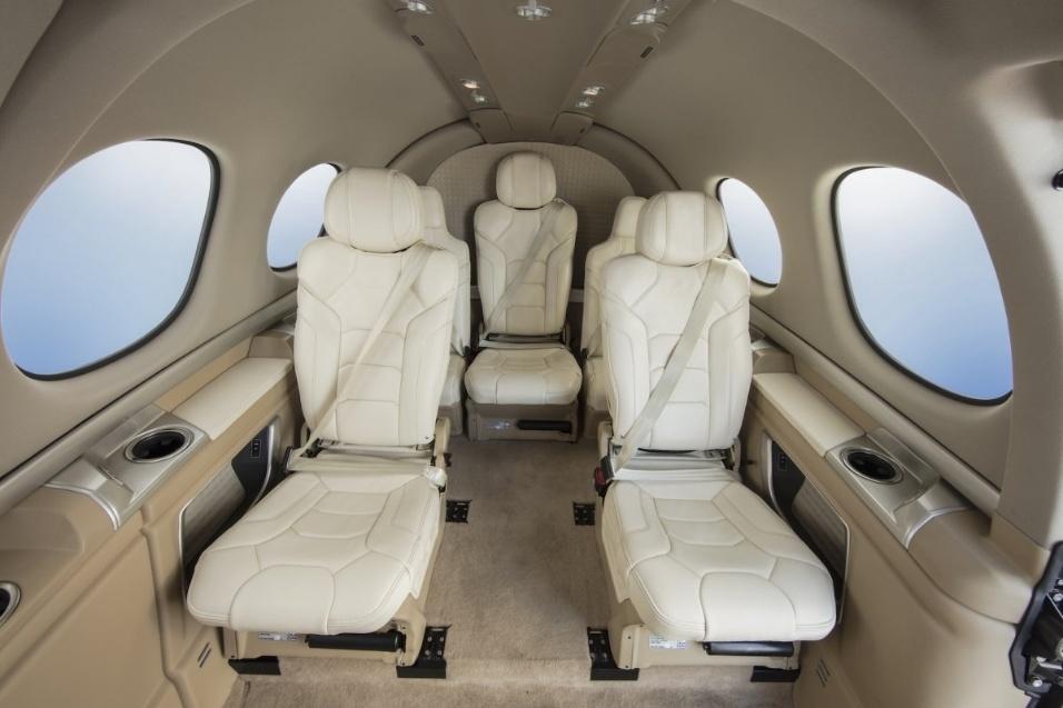 30.mai.2017 - Como todo produto (quase) exclusivo, o interior do Cirrus Vision Jet pode ser personalizado pelo comprador. Piso acarpetado e bancos em couro branco são apenas uma das diversas combinações disponíveis para a cabine, com capacidade para até 5 adultos e duas crianças a bordo