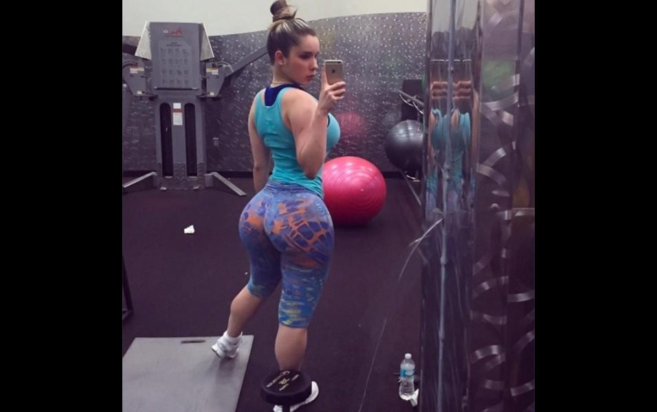 """22.out.2017 - A modelo cubana Kathy Ferrero mostrou toda a sua """"potência"""" ao postar uma selfie na academia. Na verdade, o que a gata postou foi uma """"belfie"""", aquela selfie mostrando o bumbum. Os seguidores da musa só não entenderam o que ela está fazendo na academia. """"Pra que a necessidade de ir à academia se você já é tão bela?"""", questionou um fã da musa cubana"""