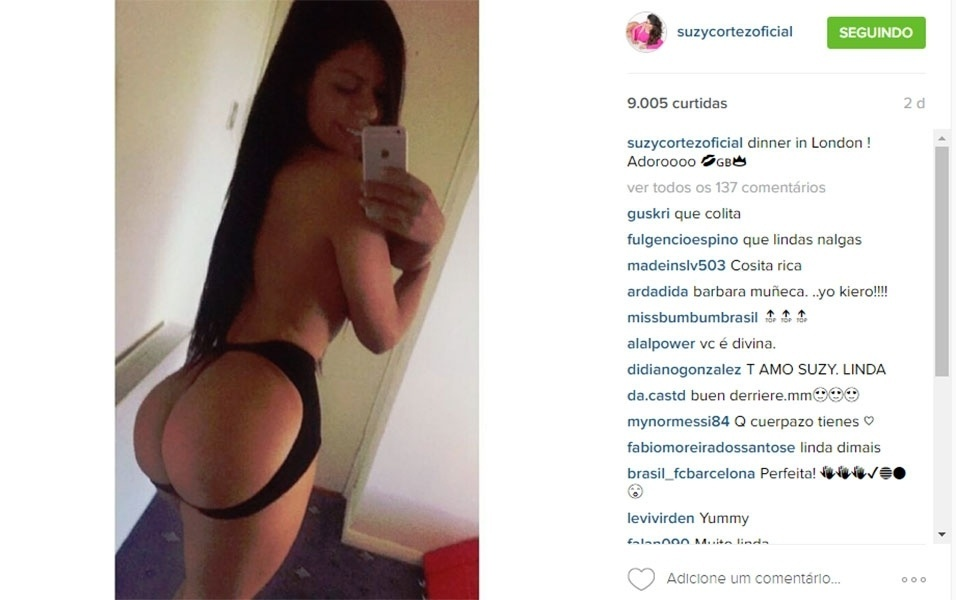 """3.mai.2016 - Suzy Cortez deixou alguns fãs confusos em uma nova postagem no Instagram. """"Jantar em Londres! Adoro!"""", escreveu a modelo na legenda de uma imagem em que ela... mostra o bumbum?! Uma seguidora de Suzy, aparentemente espanhola, indagou a modelo em sua língua nativa. """"Janta em Londres e mostra a bunda?"""", perguntou a mulher antes de xingar a Miss Bumbum 2015 com uma palavra impublicável. Apesar da ligeira confusão, fato é que os fãs da brasileira não estavam nem aí para a legenda da imagem. Ao que parece, dado o número de elogios que Suzy recebeu, o que valeu mesmo foi apreciar o popô da gata"""