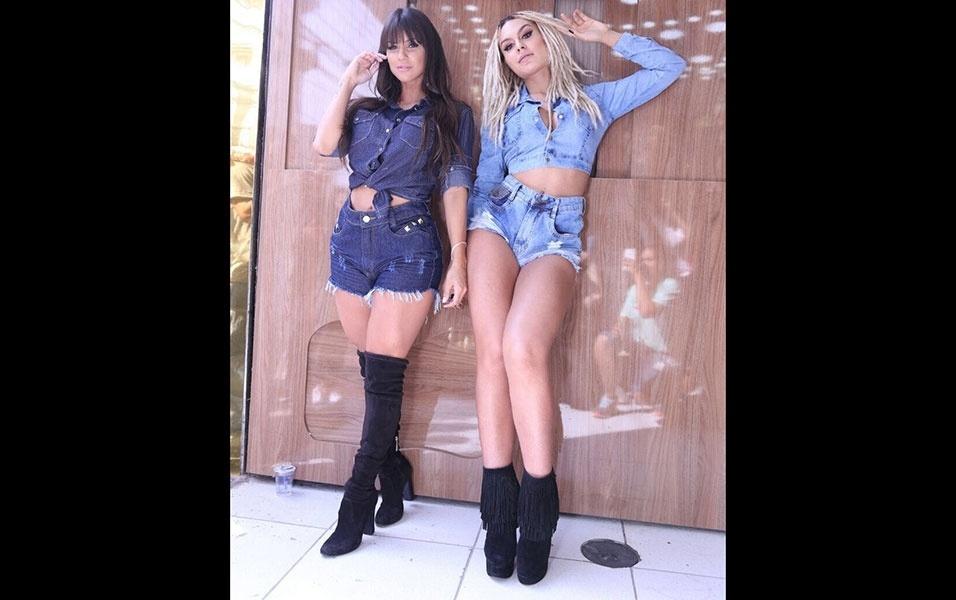 """11.mai.2016 - A modelo Carol Dias (esq.) também participou do ensaio de moda jeans ao lado de Fernanda Lacerda, a Mendigata do """"Pânico na Band"""", no bairro do Brás, em São Paulo. As gatas chamaram atenção com shortinhos curtos e botas pretas"""