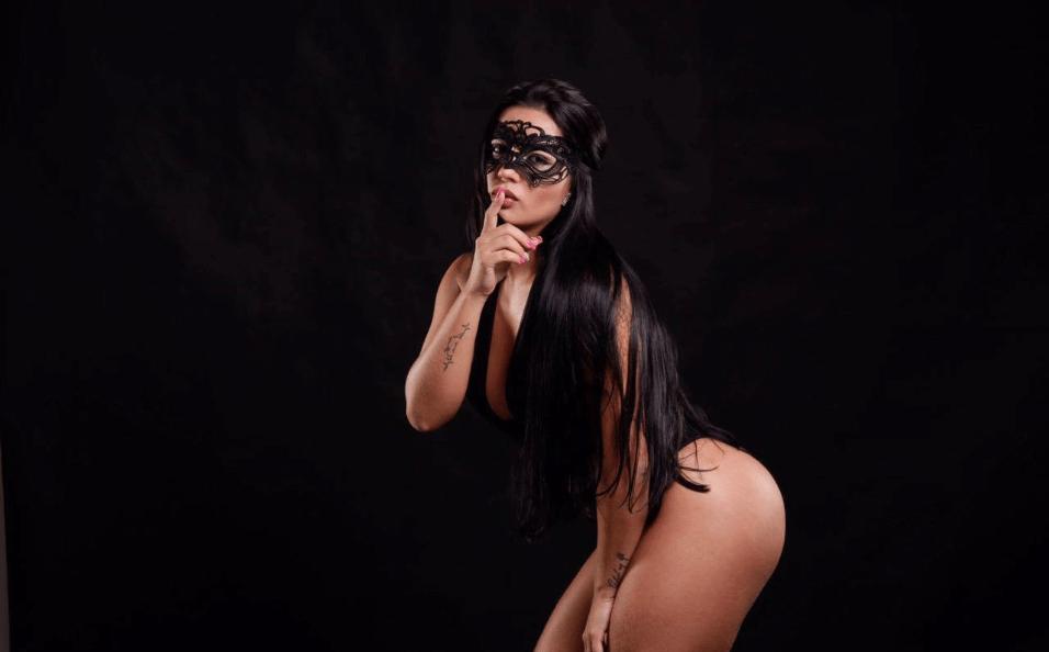 """2.fev.2017 - A modelo Carla Reis, conhecida pelo bordão """"Bora tomar uma?"""" estrelou um ensaio sensual inspirado na série erótica """"50 tons de cinza"""". 6 quilos mais magra, a modelo vestiu diferentes peças de lingerie e dispensou o Photoshop nas imagens"""