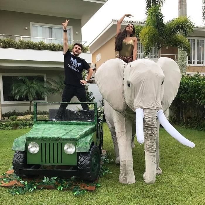 """30.mar.2017 - Muitas horas depois de anunciar o começo da festa, o blogueiro Nana Rude (de preto) encerrou os trabalhos na festa de Anitta: """"E assim termina uma noite bafo, irmãs"""", escreveu no Instagram em foto ao lado da cantora"""