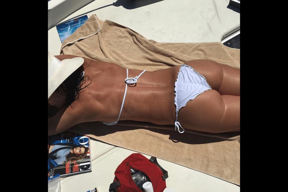 """3.jul.2017 - """"Bundia"""", brincou a apresentadora Luciana Gimenez, em foto publicada no Instagram fazendo um trocadilho com """"bunda"""" e """"bom dia"""""""