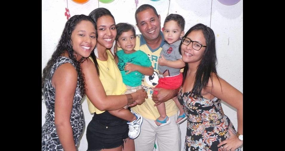 Saulo com a esposa Aline, os filhos e neto, Esther, Rackel, Bernardo, Rebeca e Lucas