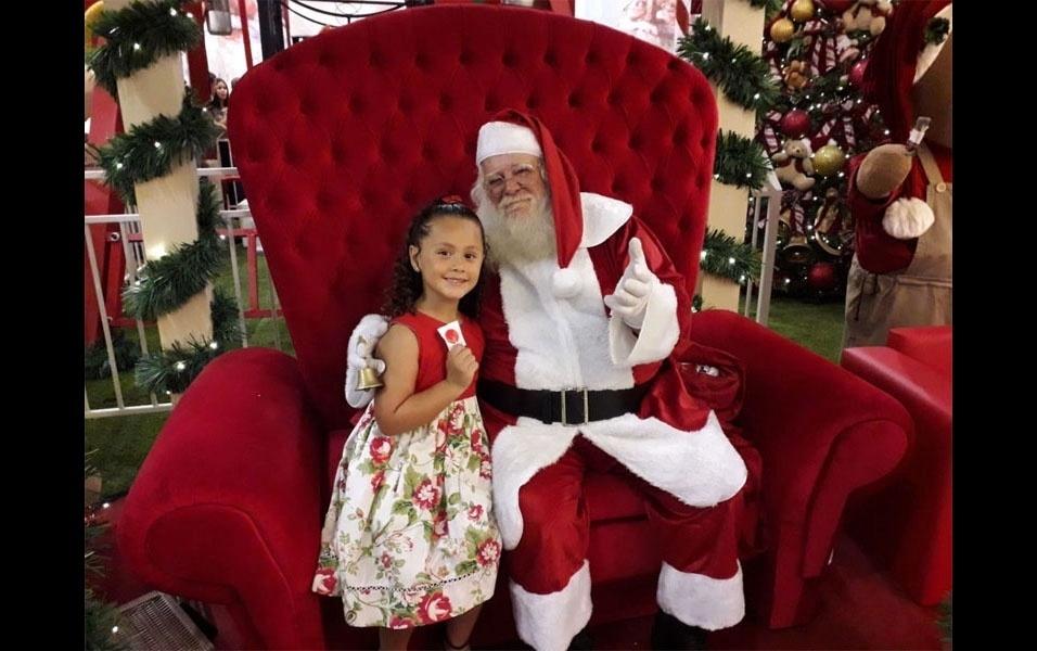 Os pais corujas  Carlos Alberto Ribeiro e Joyce Agliasco,  de São Carlos (SP), compartilharam foto de Ana Lívia Agliasco Ribeiro, de 6 anos, com o Papai Noel