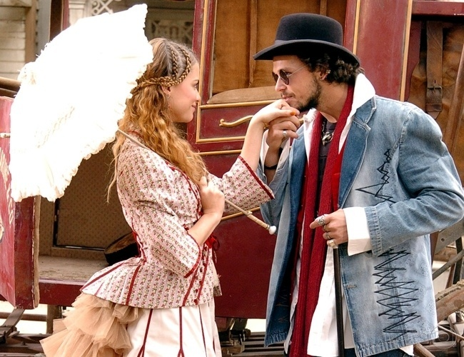 "2005 - Penny Lane (Alinne Moraes) e Neon (Guilherme Berenguer) em cena da novela ""Bang Bang"", da Globo"