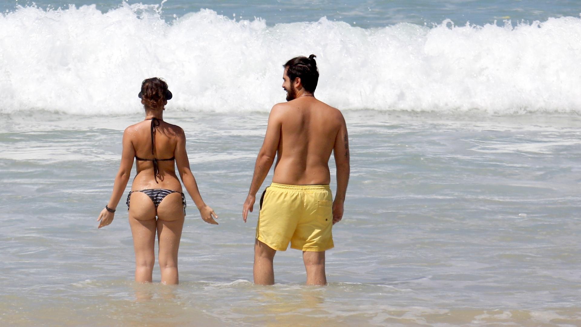 17.mar.2017 - A atriz Bianca foi flagrada em tarde de sol na praia da Barra da Tijuca com o marido