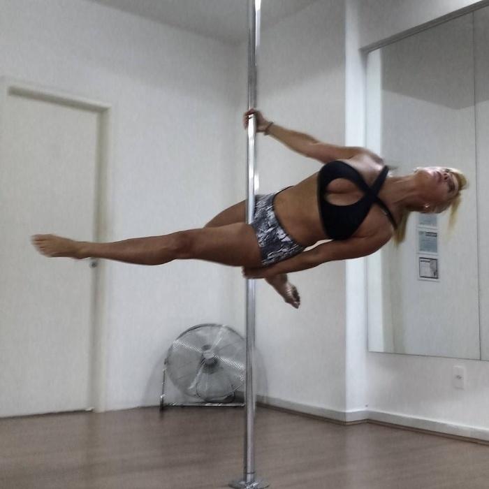 6.dez.2016 - Rotina de treinos de Cida no pole dance é puxada e a sister não esconde o esforço nas legendas das fotos publicadas no Instagram