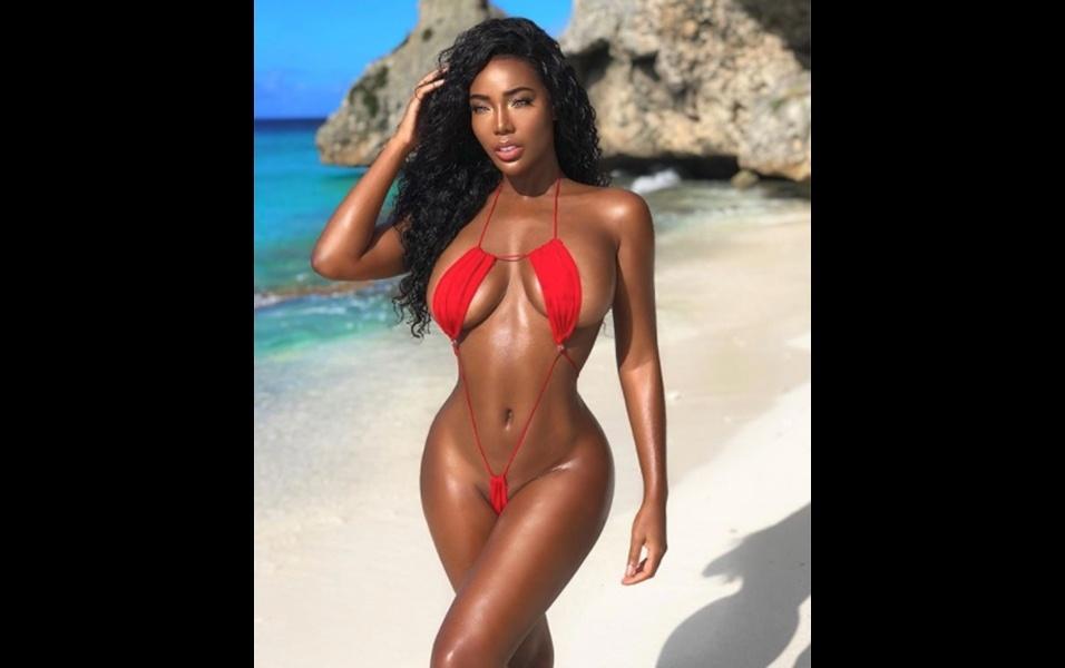 15.dez.2017 - A modelo caribenha Monifa Jansen mais uma vez derreteu os corações dos fãs ao postar uma série de fotos de um novo ensaio na praia. Nas imagens, a gata de 24 anos aparece usando um micro biquíni vermelho, deixando em evidência seu corpo escultural