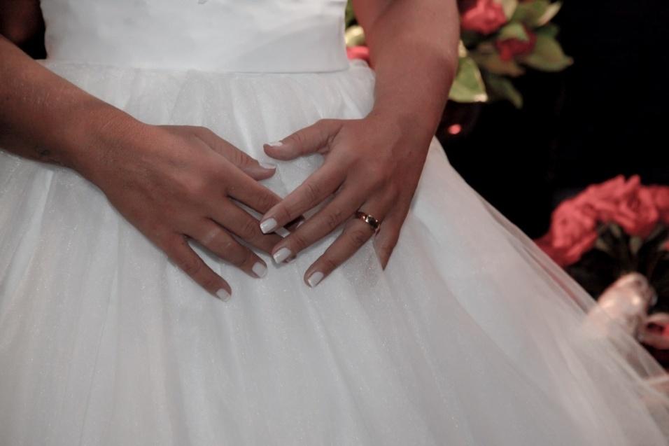 17.jan.2016 - Detalhe das mãos e do vestido usado por Vivi Fernandez em seu casamento com o tatuador Fabiano dos Santos. Os pombinhos se casaram neste domingo (17), em São Paulo