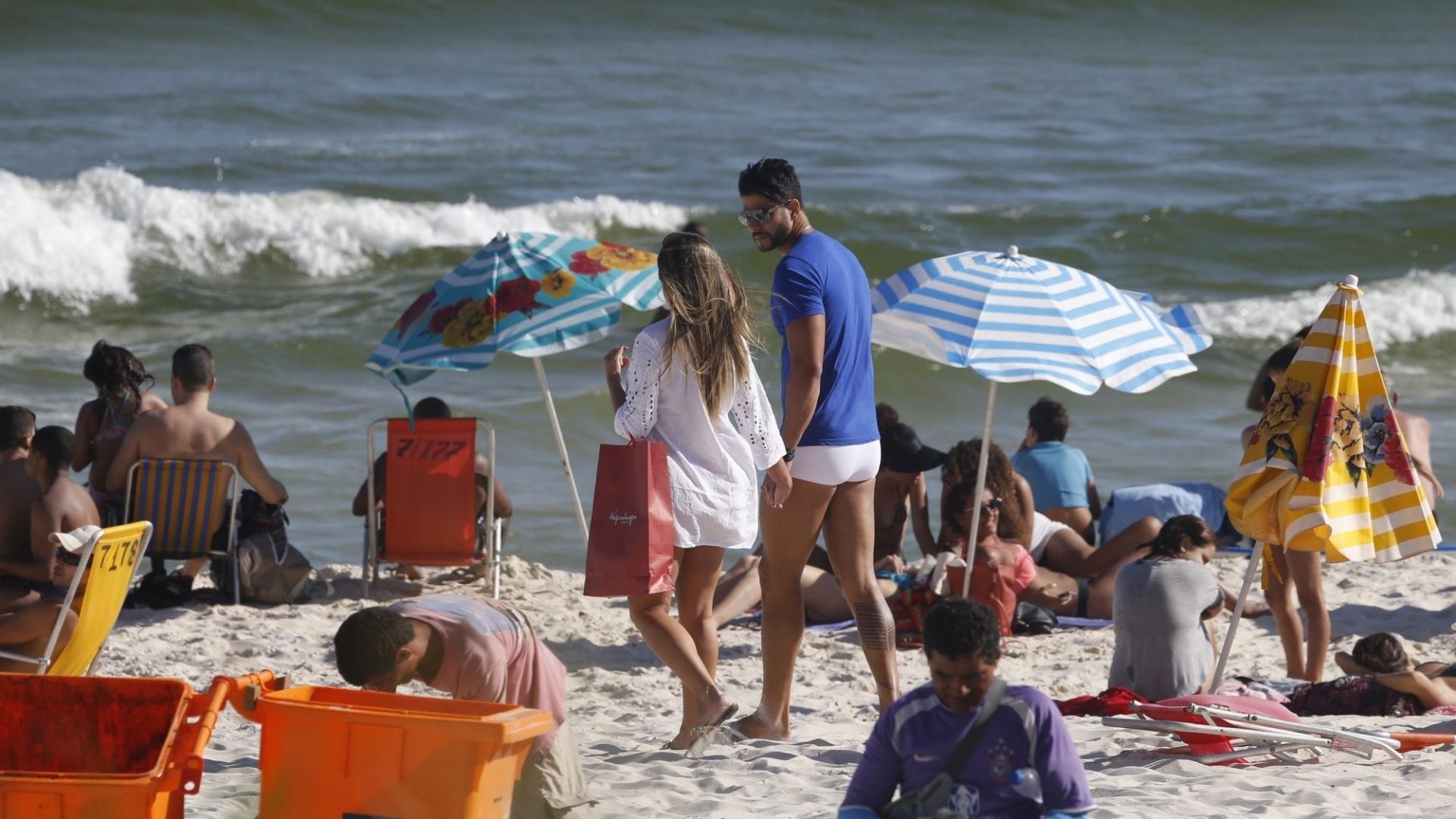 1º.fev.2016 - A ex-panicat Nicole Bahls e o ex-Fazenda Marcelo Bimbi curtiram a praia da Barra da Tijuca, no Rio de Janeiro. Nicole anunciou recentemente o noivado com Marcelo no Facebook