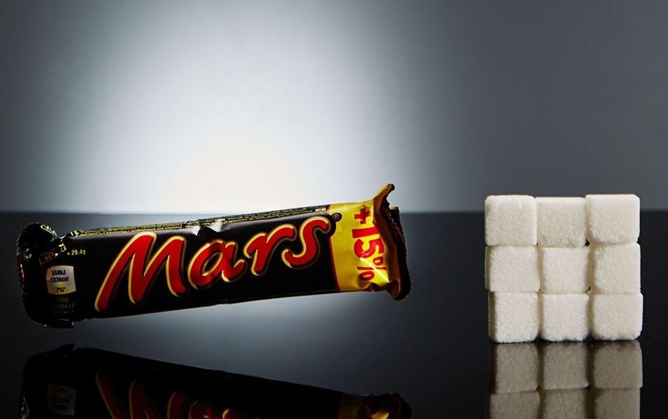 Uma barrinha de chocolate Mars (muito popular em países como Estados Unidos) tem 60 g de açúcar