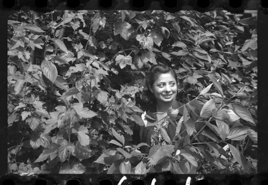 1940-1944 - Garota se esconde em meio à vegetação. Apesar do cotidiano pessimista, os moradores do gueto de Lodz procuravam levar uma vida normal