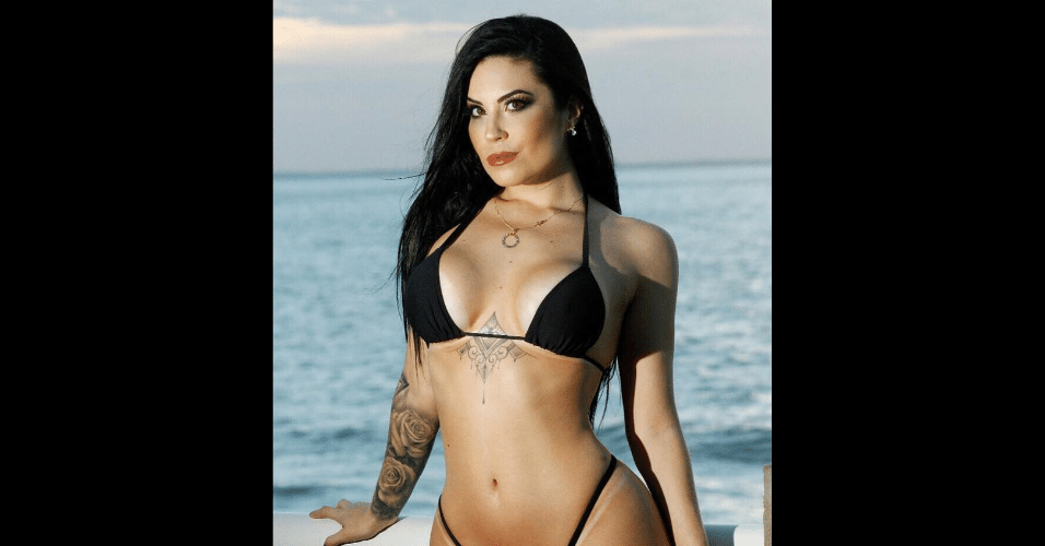 28.jul.2017 - Biquíni usado por Jéssica Amaral destacou a tatuagem que a modelo fez entre os seios