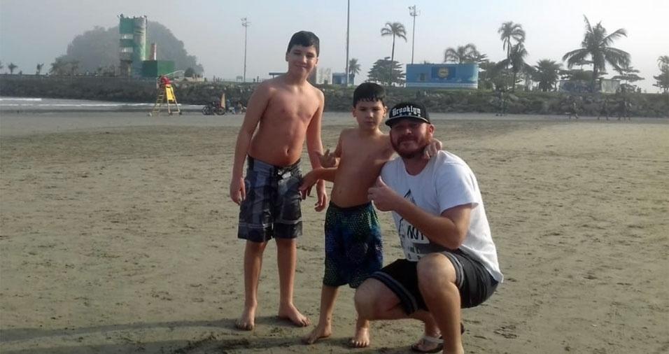 Junior curtindo uma praia com os filhos Miguel e Davi