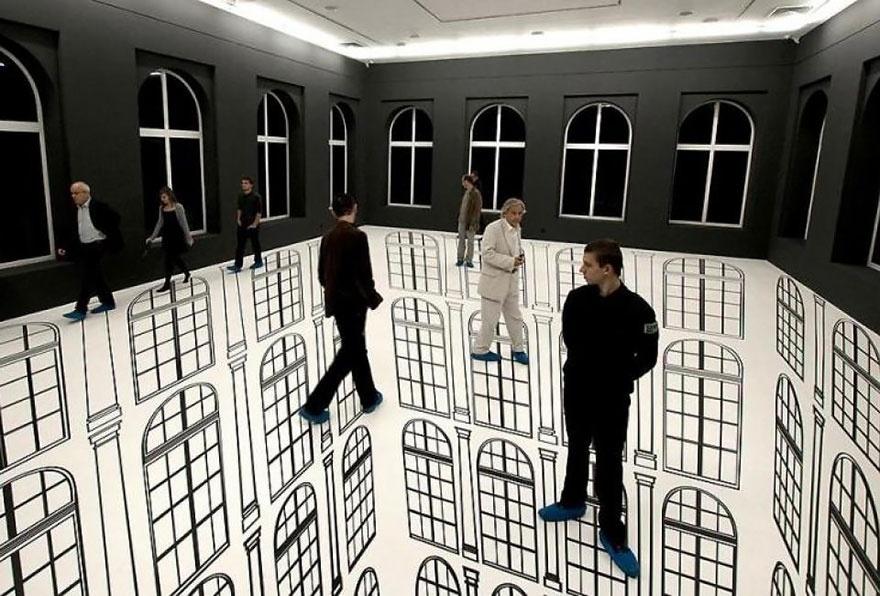Instalação da artista brasileira Regina Silveira realizada em Lodz, na Polônia