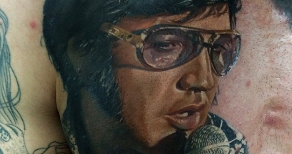 26. Elvis não morreu! Ele vive em cada uma das muitas tatuagens feitas por Dmitriy em seus clientes