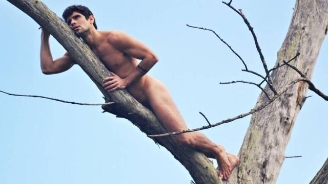 """23.jun.2016 - O ator Tiago Homci, que atualmente faz parte do elenco da novela """"Haja Coração"""", tirou a roupa e se pendurou completamente nu em um galho de árvore. A imagem foi produzida pelo fotógrafo Sergio Santoian. Tiago também já participou da trama """"Além do Horizonte"""", em que atuou ao lado do irmão gêmeo, Diego. Em """"Haja Coração"""", o galã interpreta o personagem Edu"""