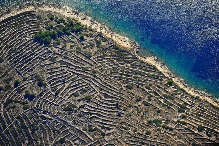 """14.mar.2016 - Estima-se que a ilhota de Baljenac, que tem apenas 1,4 km², abrigue mais de 23 km destes """"muros de pedra""""."""