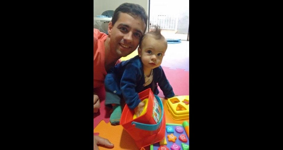 Papai Guilherme com o filho Lorenzo (11 meses), de Tambaú (SP)