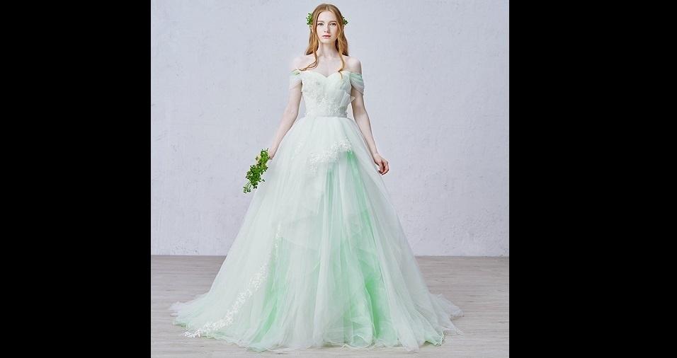 27. Mas, você pode sempre escolher tons mais suaves e o verde aparece com um toque bem feminino em vestidos de cores mais claras