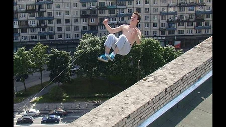 Pavel Kashin, praticamente de parkour, é fotografado durante um salto mal-sucedido que acabou tirando sua vida ao despencar de um prédio
