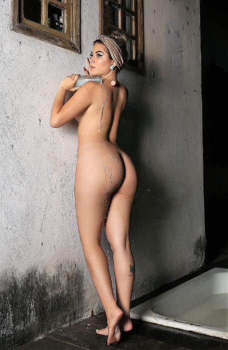 """A modelo mineira Aloandra Mendes, de 22 anos, posou sexy para o Diamond Brazil, site de ensaios sensuais. """"Foi sensacional. Mistura de medo, curiosidade e vergonha, mas me senti bem à vontade e espero que seja um sucesso!"""", declarou a gata"""