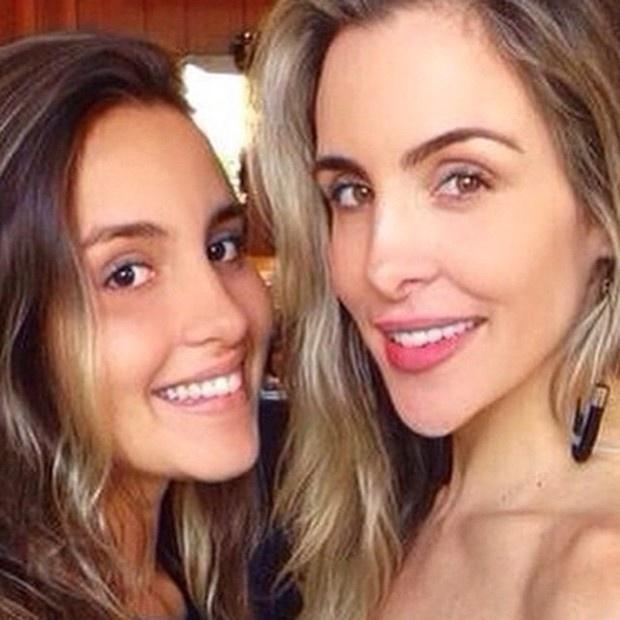 3.ago.2015 - Ana Luisa aparece ao lado de sua mãe, a modelo Joana Machado, em foto postada no Instagram