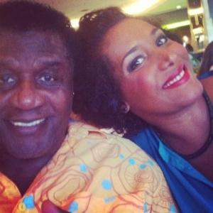 Aretha Pearl, 39 anos, ao lado do pai, o cantor Tony Tornado em uma foto publicada na rede social Facebook - Reprodução/Facebook
