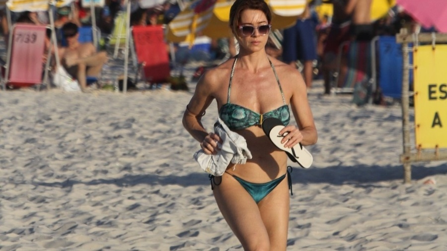 Letícia Spiller mostra boa forma em corrida pela praia no Rio de Janeiro