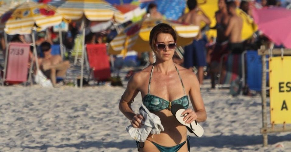 29.dez.2016 - Letícia Spiller mostrou boa forma em corrida pela praia no Rio de Janeiro