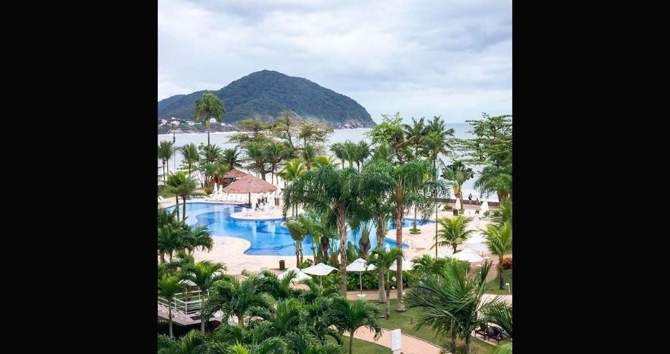 Imagem mostra coqueiros e piscina do hotel