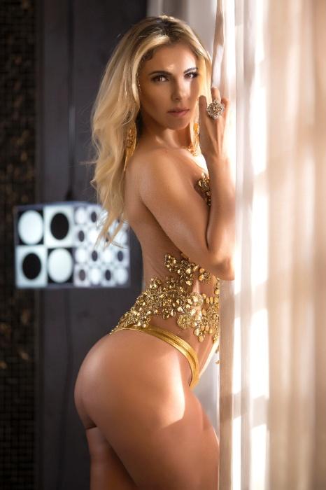 """17.mai.2017 - Fernanda Martinelli, musa oficial do futebol americano no Brasil, exibe suas curvas em ensaio sensual. """"Gosto de posar sensual, é como se fosse uma prova de que meu corpo esta indo bem ou não, estou muito feliz com os resultados da minha dieta e das atividades físicas que venho fazendo"""", declarou"""